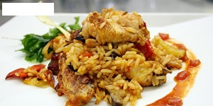 Piletina na lovački, curry riža, salata